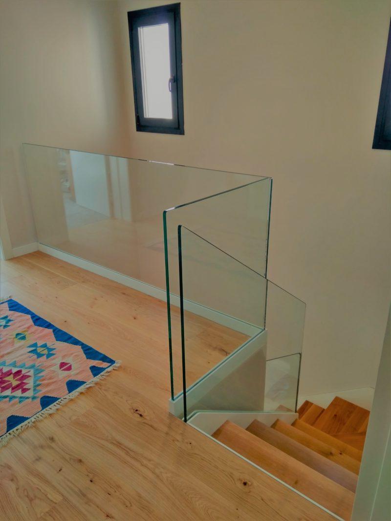 escala estructura metàl·lica, vidre encastat a l'estructura