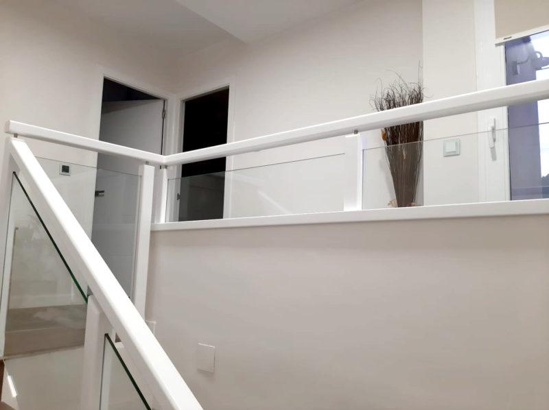 Barana combinada de vidre. Sobre mur