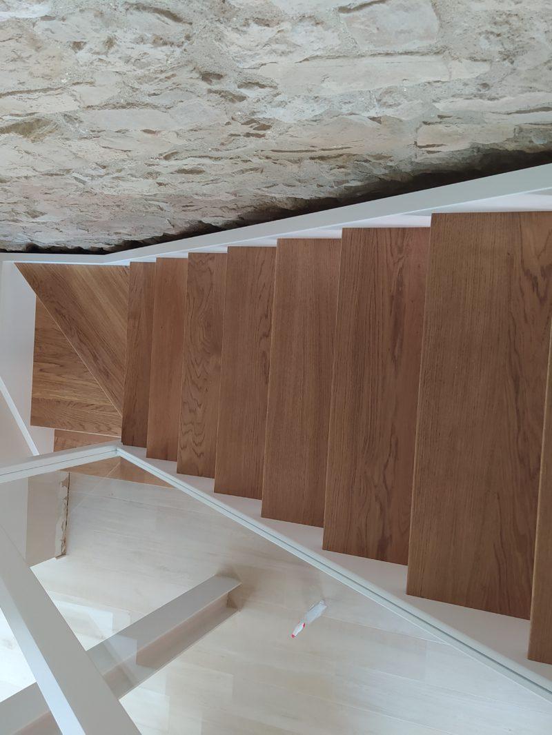 Escala lacada i barana de vidre