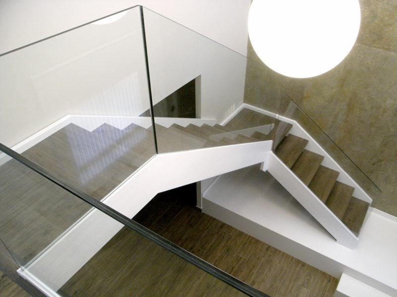 Escala d'estructura mixta ferro i fusta tot lacat en blanc