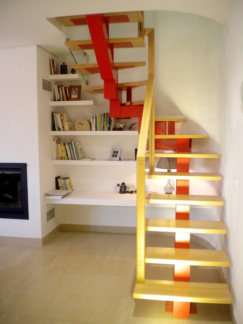 Estructura eix central color amb esglaons de fusta