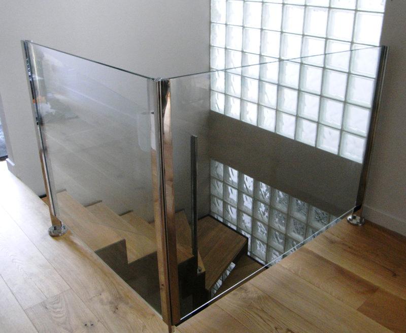 Barana de tancament combinada amb acer i vidre. Sense passamans