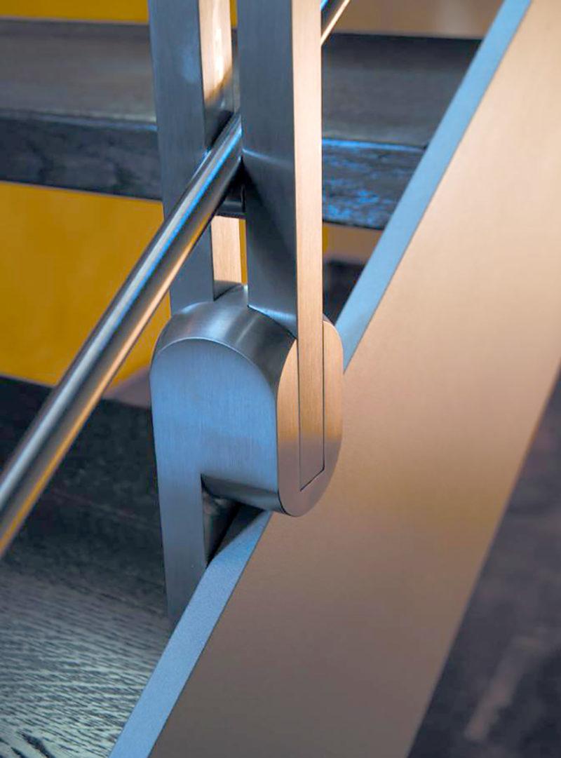 Detall unió pilar a l'estructura metàl·lica