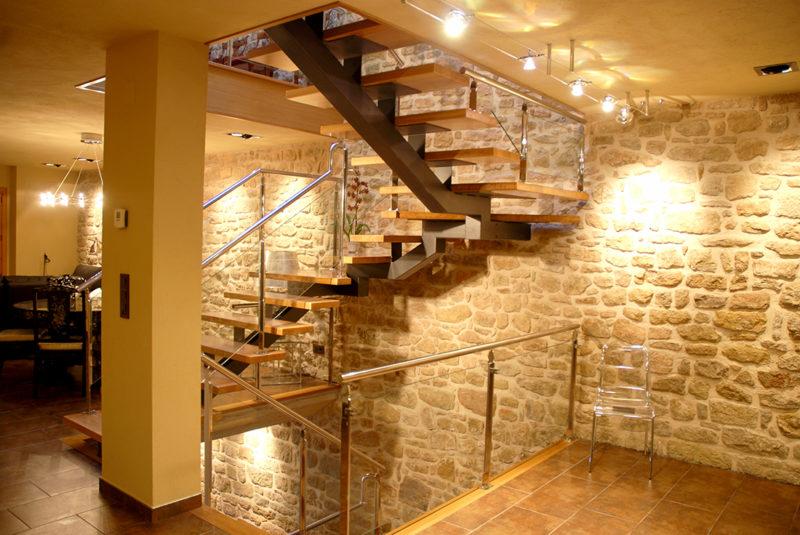 Escala Eix central amb esglaons de Roure