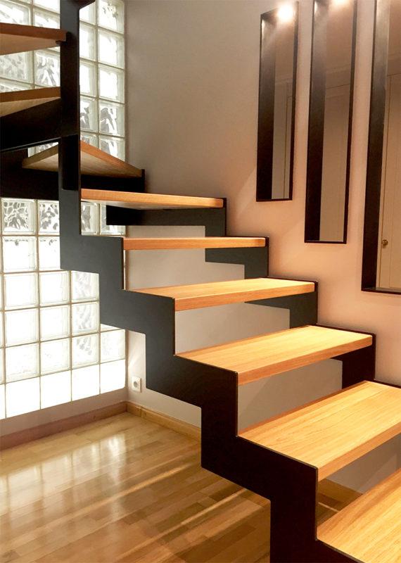 Escala amb estructura metàl·lica amb cremallera i esglaons de fusta de roure