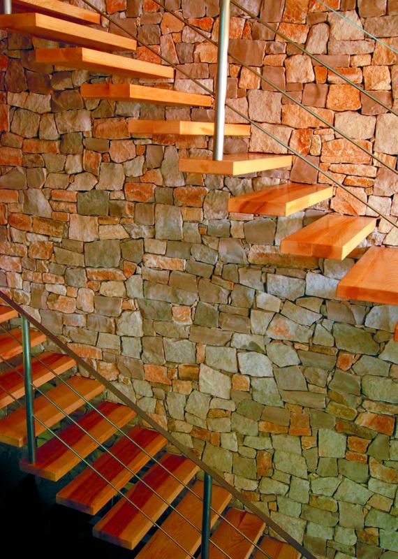 Escala de fusta de freixe amb esglaons suspesos