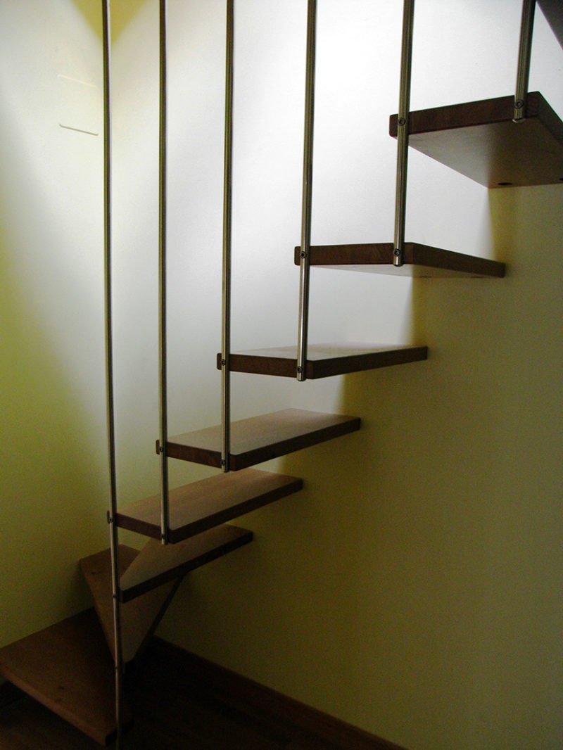 Escales de fusta i barana d'acer
