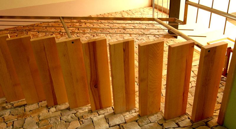 Escala de freixe amb esglaons suspesos