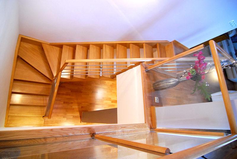 Escala amb fusta tropical tenyida, estructura mixta amb entornpeu interior amb cremallera
