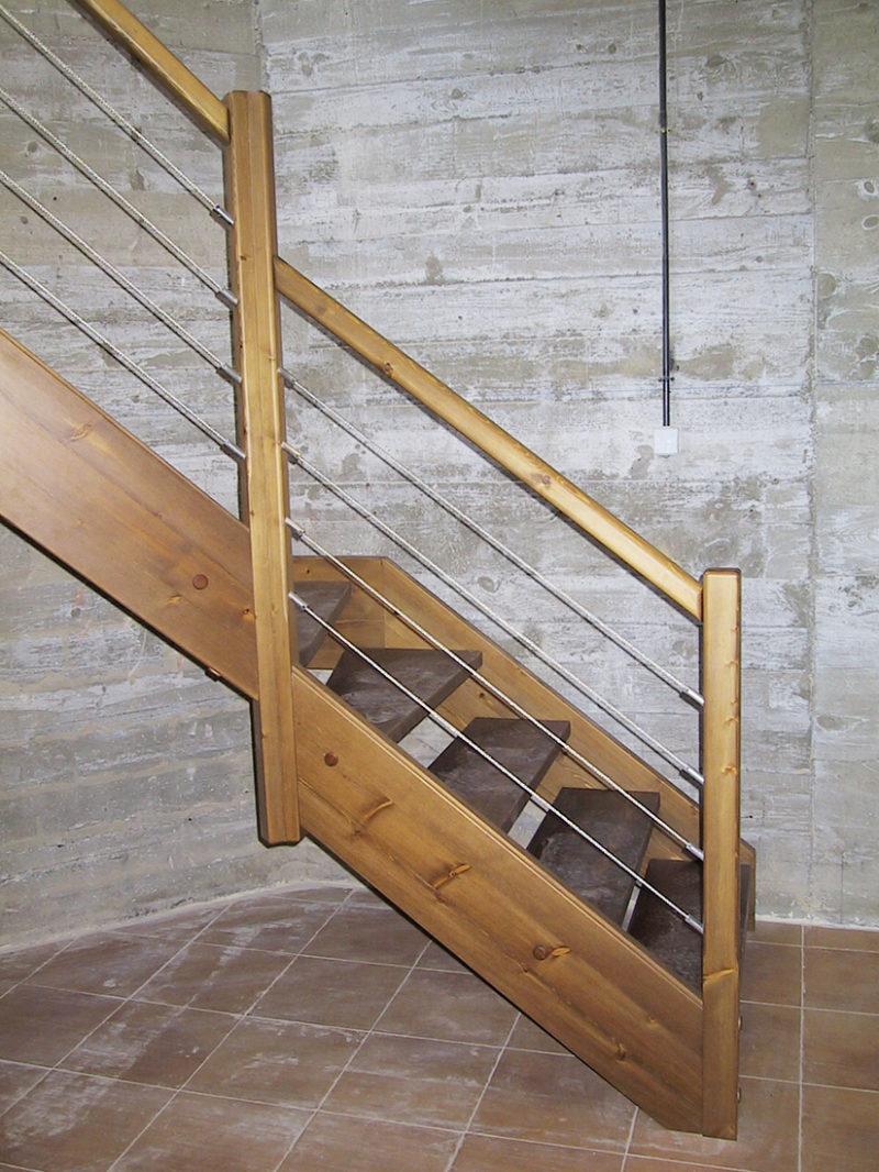 Escala amb fusta de Pi tenyit amb entornpeu tancat