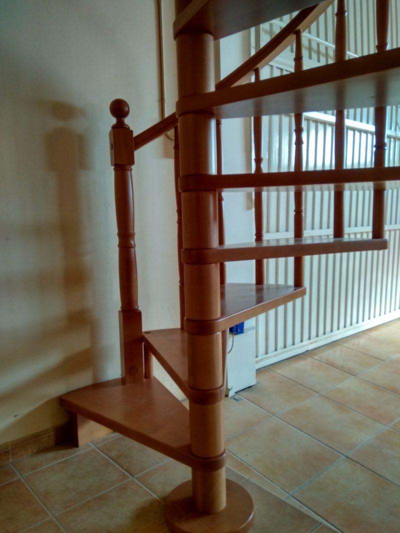 escala de caragol de fusta