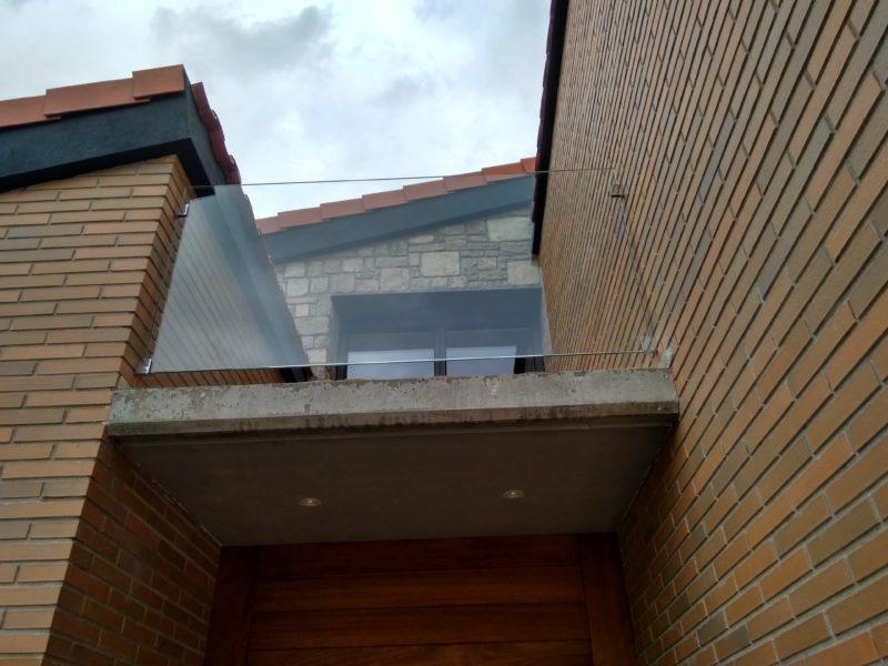 Barana de vidre amb pinces (exterior)
